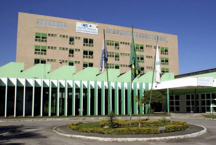 Corpo de bombeiros levou quatro vítimas para o Hospital Adão Pereira Nunes