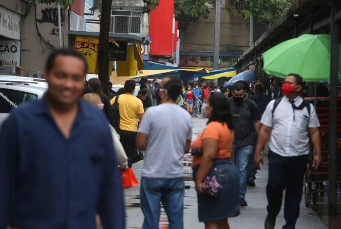 Calçadão de Bangu, na Zona Oeste, tem circulação de pessoas no dia 7 de maio