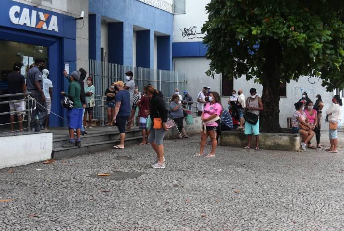 Rio,07/05/2020 -COVID-19 -CORONAVIRUS ,ROCHA MIRANDA,fila da Caixa Economica, pessoas na fila da agencia da Caixa para sacar o auxilio emergencial .Na foto. fila na porta da caixa com poucas pessoas.Foto: Cleber Mendes/Agência O Dia