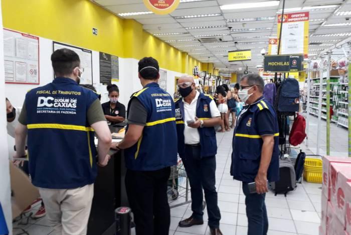 Duque de Caxias multa e interdita lojas por descumprir decreto municipal