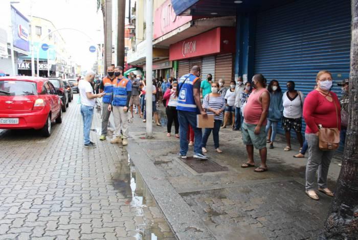 Prefeitura de Nova Iguaçu vem fiscalizando as filas das agências bancárias da cidade como forma de combater a proliferação do novo coronavírus
