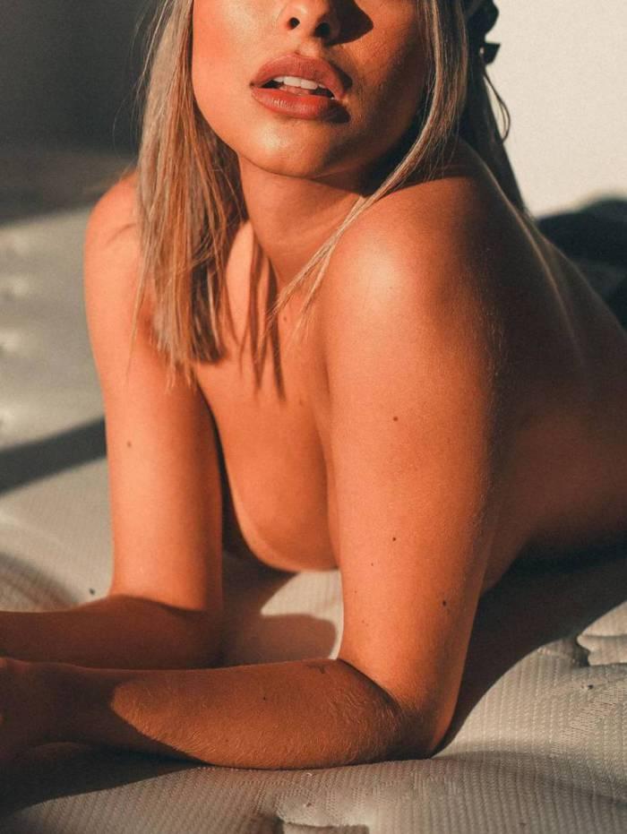 Munik Nunes divulga ensaio de topless nas redes sociais