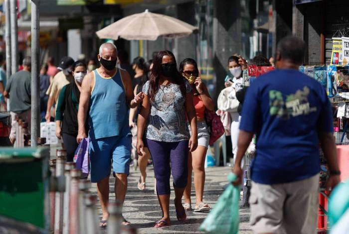 Movimento de pessoas nas ruas dos centros comerciais de bairros do Rio de Janeiro ainda é muito grande