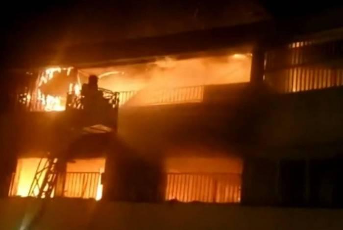 Bombeiros tentam apagar fogo que atingiu o 10° andar de um prédio na Zona Sul do Rio