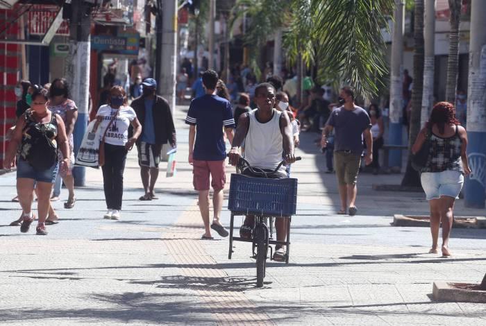 No calçadão da Rua da Matriz, muita gente circula sem qualquer preocupação. Algumas até transitam pelo local sem máscara