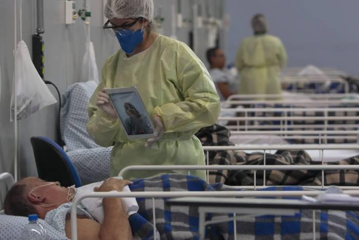 Paciente em hospital de campanha em  São Paulo fala com parente por chamada de vídeo: 202.918 infectados no país