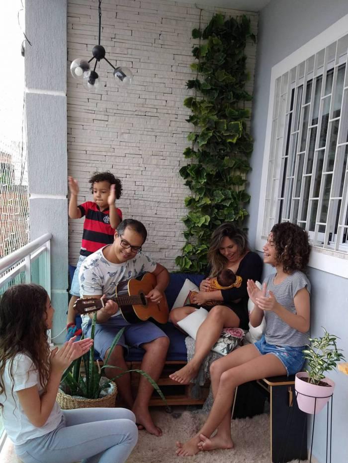 Momento para ouvir música, cantar e tocar violão reúne toda a família