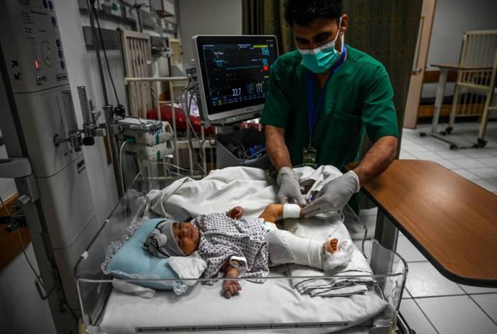Enfermeiras alimentam bebês recém-nascidos resgatados e trazidos para o hospital Ataturk Children, depois que suas mães foram mortas durante ataque a maternidade