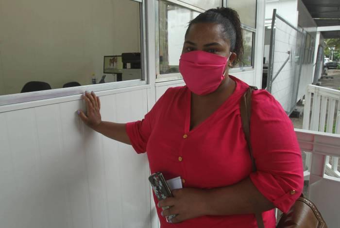 No Leblon, Dayane Cristina busca informações sobre o pai internado