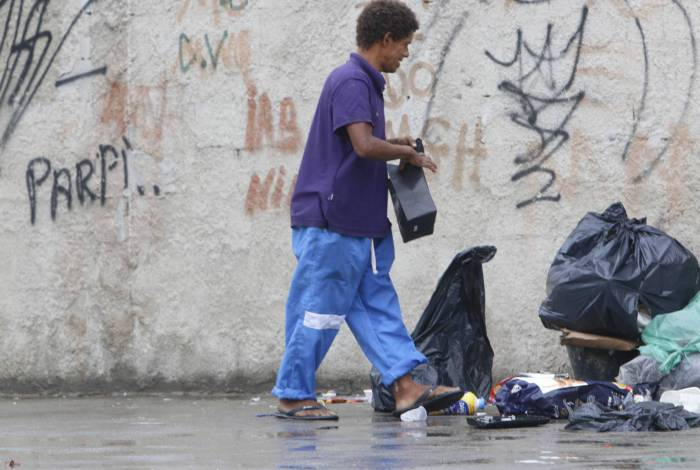 Morador de rua flagrado com uniforme descartado de enfermaria