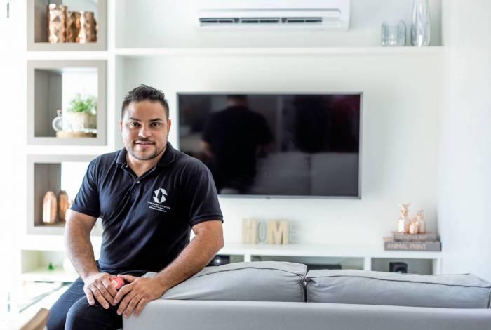 Empresário Érico Tavares tenta manter a renda mesmo com loja fechada