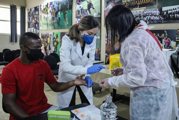 O exame detecta a presença no sangue de anticorpos para o vírus que provoca a doença
