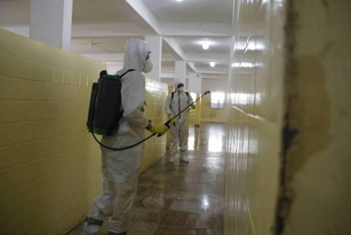 Militares em ação de limpeza na Clínica Nossa Senhora das Vitórias