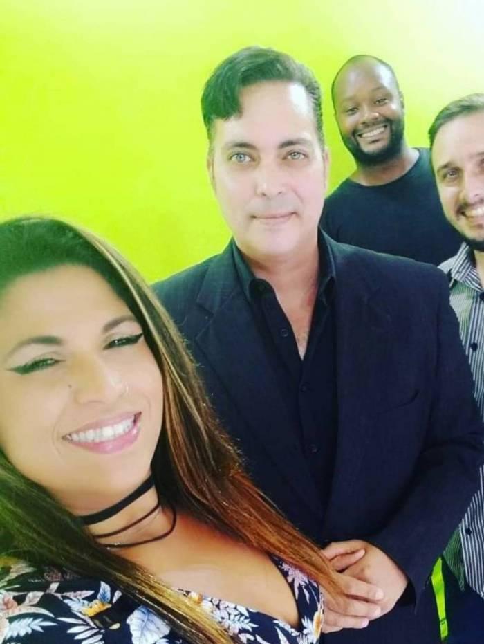 Fabiano Medina com parte da equipe no estúdio de TV