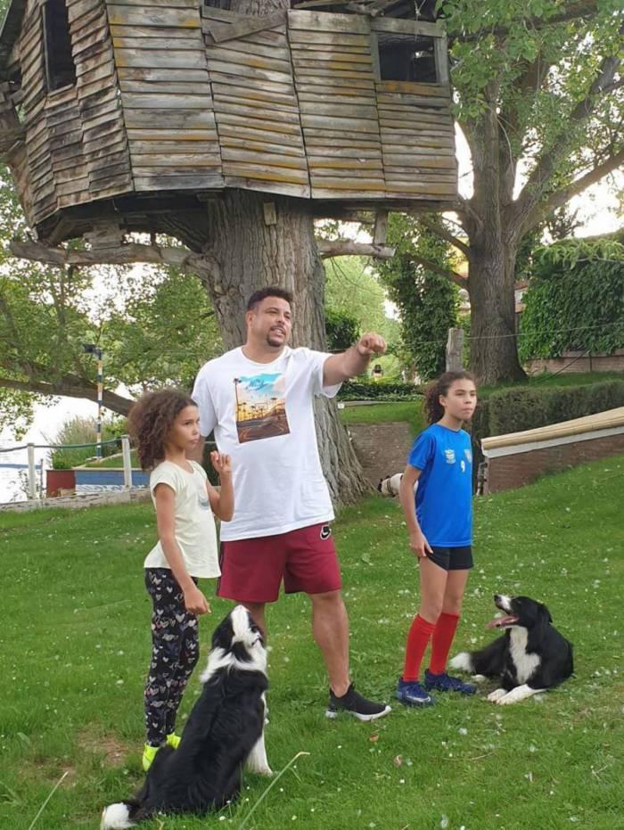 Ronaldo mostra a casa da árvore das filhas