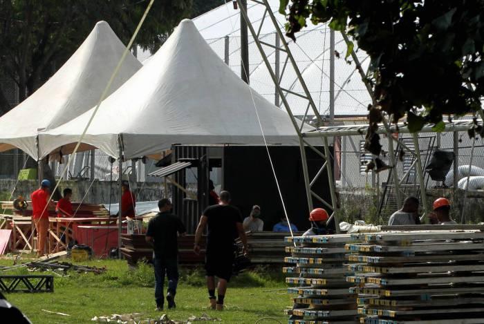 Funcionários ainda trabalhavam na obra do telhado da unidade, que deveria ter sido aberta às 10h deste domingo
