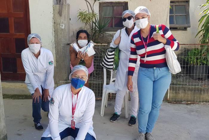 Equipe de saúde bucal pousa pra fotografia em distribuição de kits