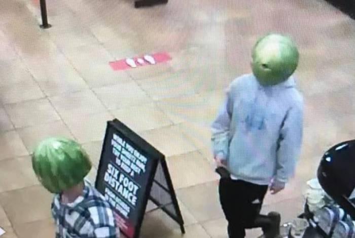 Homens assaltaram uma loja de conveniência vestindo capuzes de melancia