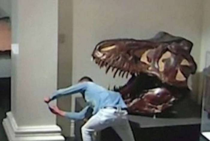 Paul Kuhn foi flagrado posando para uma selfie com esqueleto de dinossauro no Museu Australiano