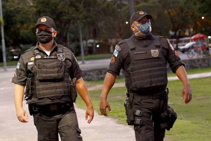 Policiais militares usam máscaras em serviço