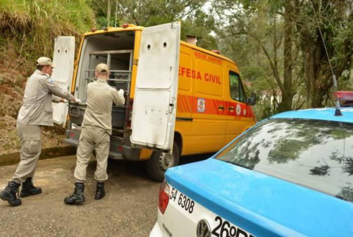 O corpo foi levado pelo rabecão do Corpo de Bombeiros. Peritos da Polícia Civil trabalham com a hipótese de assalto seguido de homicídio
