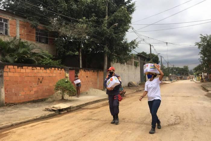 Moradores do Maruim, em Duque de Caxias, recebem kits de higiene