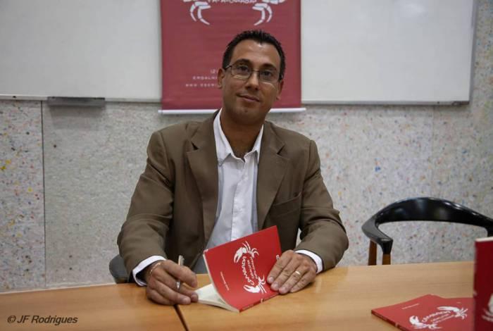 O escritor e professor de Letras com o primeiro número de 'Cambada', que ganhou continuação este ano