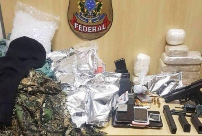 Foram localizadas e apreendidas armas, drogas, munições, carregadores e roupas camufladas, entre outros itens