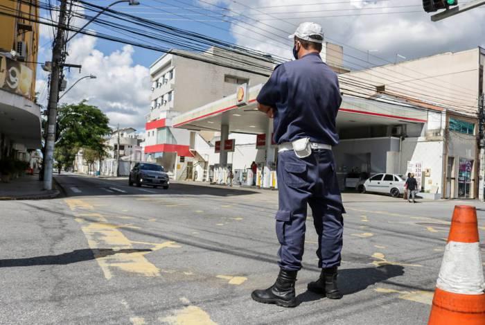 Guarda municipal numa das esquinas bloqueadas no Centro de Campos
