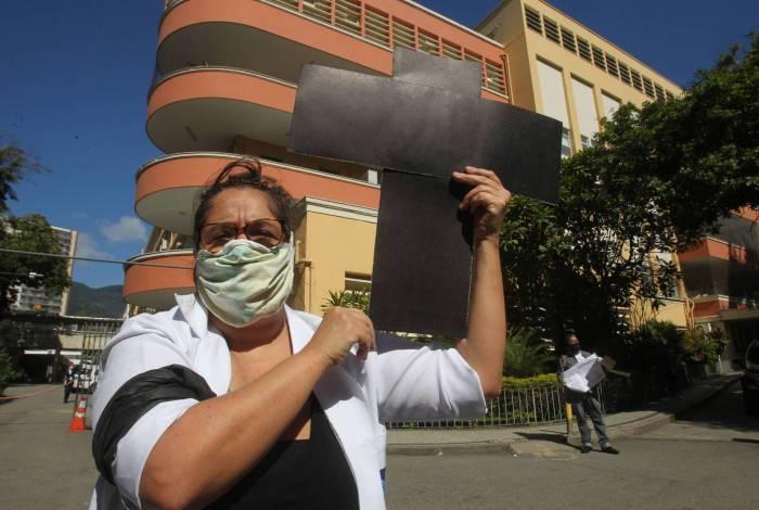200520 - CORONAVIRUS -  Funcionários da Saúde promovem ato por melhores condições de trabalho da porta do Hospital Pedro Ernesto.     Estefan Radovicz / Agencia O Dia         CORONAVIRUS,CIDADE,RIO,PANDEMIA