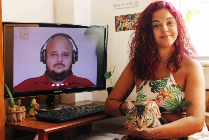 Por meio do audiovisual, os sócios Edmundo Albrecht (na tela) e Angélica Pinheiro, ajudam empreendedores a alavancar suas vendas