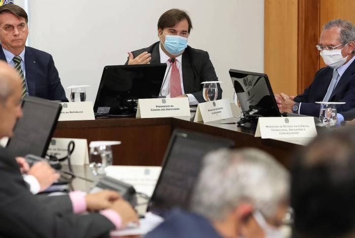 O presidente Jair Bolsonaro, sem máscara, ao lado do presidente da Câmara, Rodrigo Maia, durante videoconferência com governadores