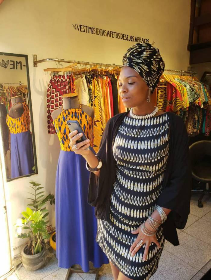 Tenka Dara faz atendimento personalizado para vender as peças da loja Baobá Brasil