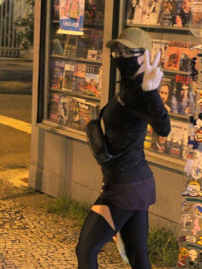 Danielle Winits compra máscara no Leblon, na Zona Sul do Rio