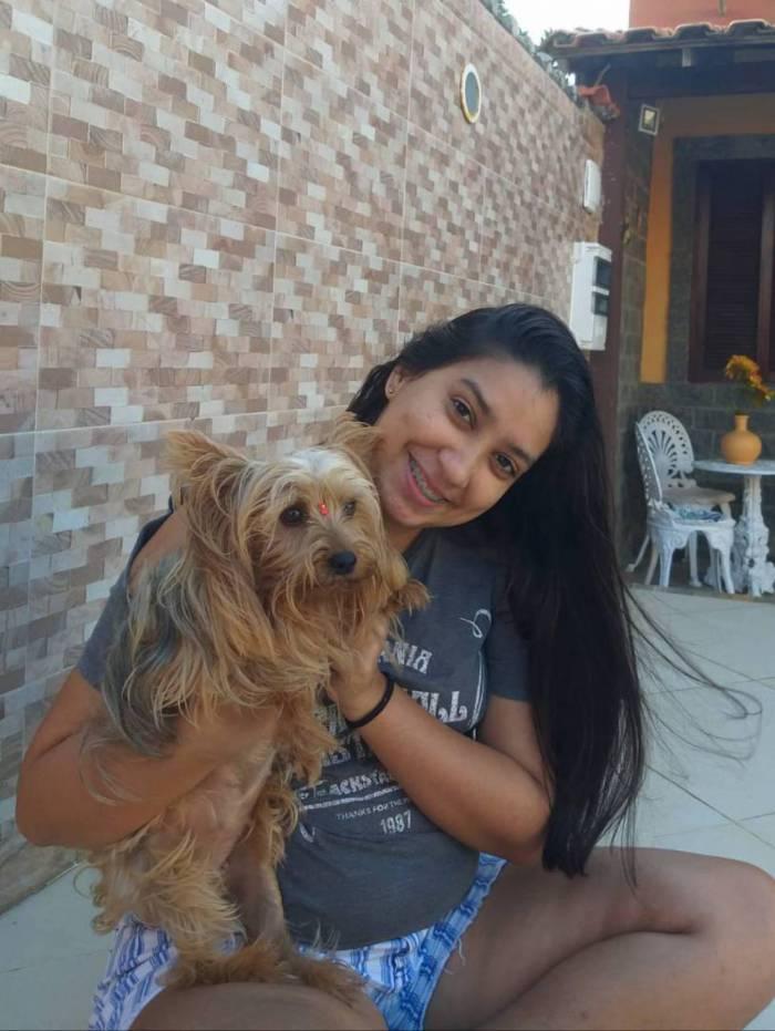 Isabela Peçanhacom a cadela Julie,o xodó da sua família