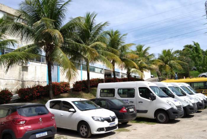 Vans de transporte escolar paradas na sede da Secretaria de Educação
