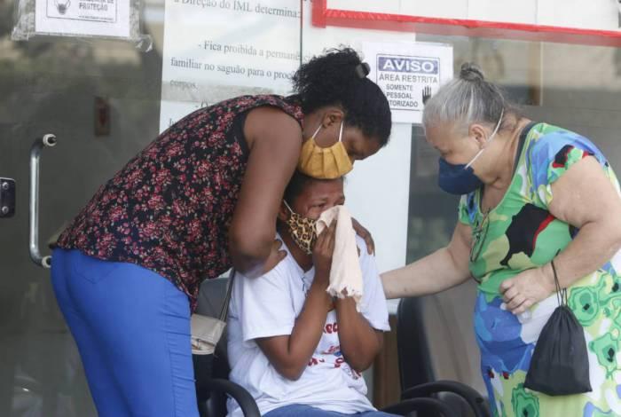 Verônica Maria aguarda, no IML, liberação do corpo do filho, Rodrigo Cerqueira, morto em operação policial no Morro da Providência na quinta-feira