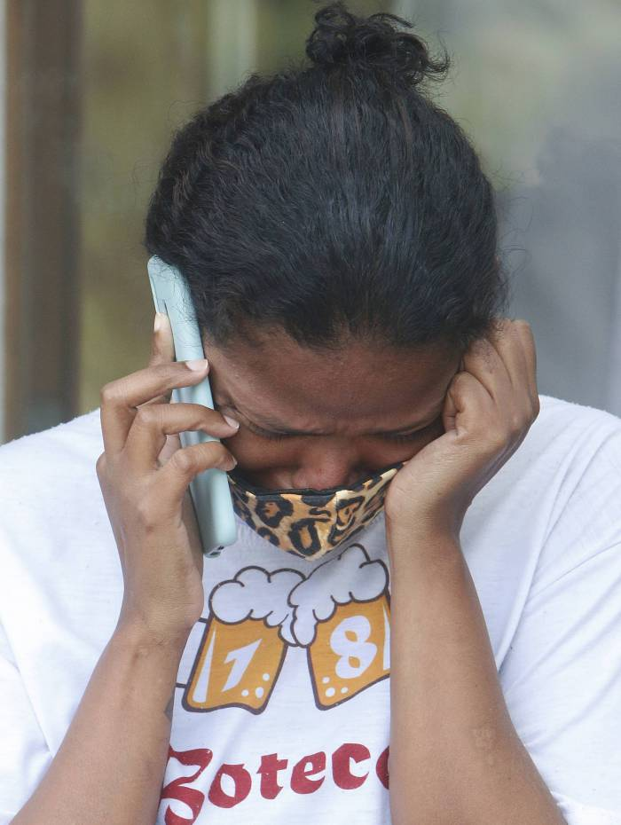 Verônica Maria chora morte do filho Rodrigo Cerqueira, no IML, Centro do Rio. Estudante morreu durante operação policial no Morro da Providência na quinta-feira