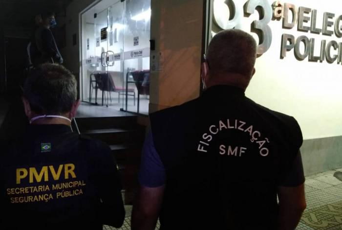 Força-tarefa de Volta Redonda encaminha dono de bar a delegacia por descumprimento de restrições