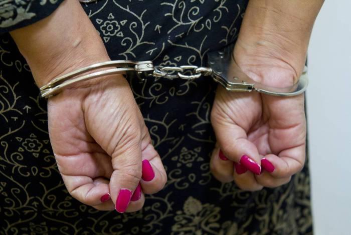 A Polícia Militar foi acionada por funcionários do estabelecimento, onde a mulher já havia sido detida pelos seguranças