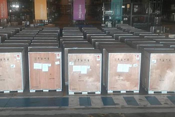 Chegaram na manhã desta segunda-feira, no Aeroporto Internacional do Galeão, 135 aparelhos respiradores importados pelo Governo do Estado