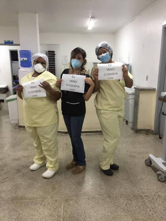 Profissionais de saúde celebram recuperação da covid-19
