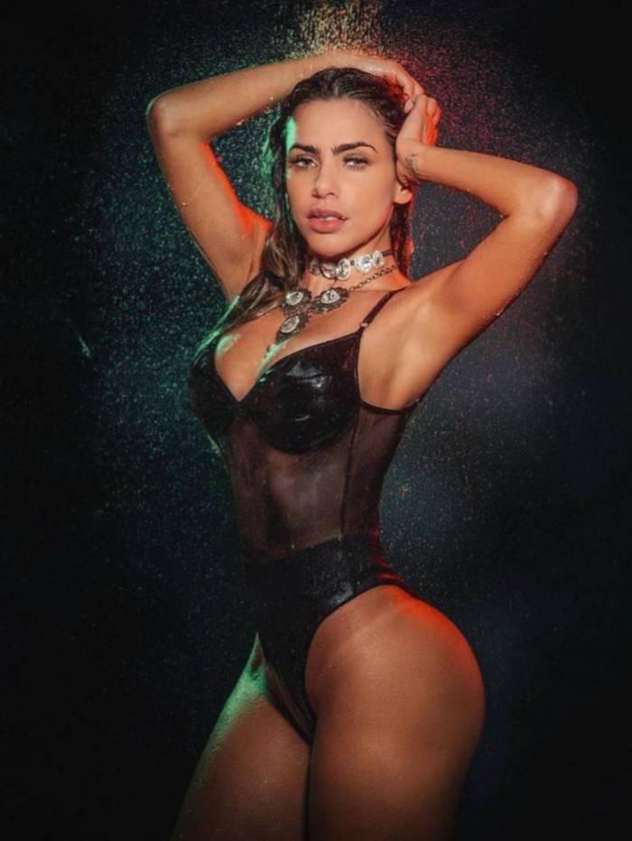 Erika Schneider, bailaria do 'Domingão do Faustão' posou molhada nesta quinta-feira
