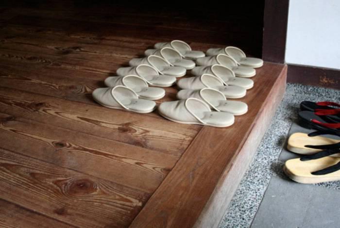 Retirar o chinelo na porta pode ser um novo hábito de visita