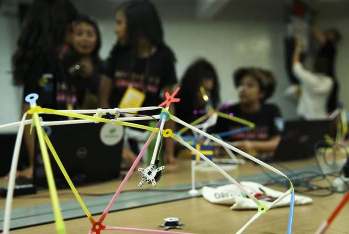 Um grupo de cerca de 30 meninas do ensino médio de escolas públicas do DF participam de um workshop inédito sobre robótica, ministrado por cientistas suecas