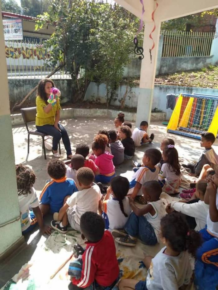 Patrícia Oliveira lê livros e conta histórias para crianças da comunidade Vila Guimarães, em Austin, Nova Iguaçu