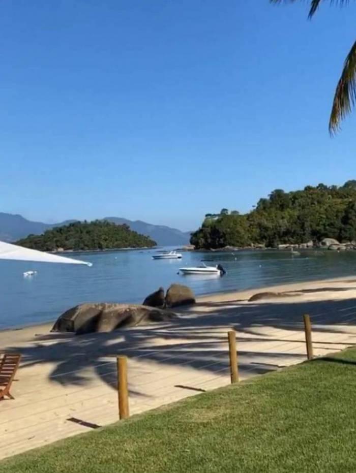 Narcisa escolhe outra praia para passar quarentena após ter que sair de Búzios