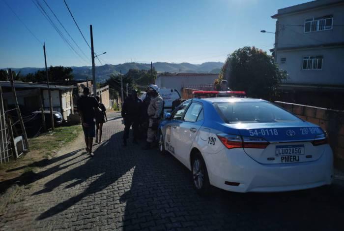 Ação conjunta para inibir a invasão uma área verde que fica na Rua Vista Alegre (Morro da Caviana), no bairro Santo Agostinho