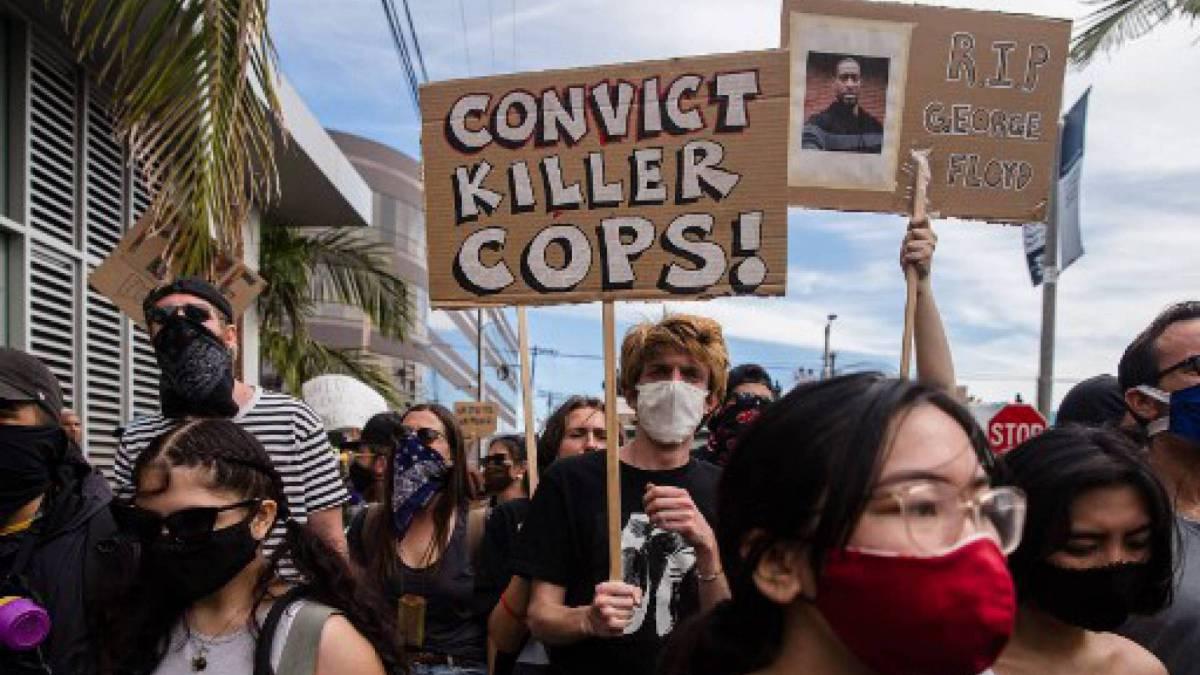 Manifestantes marcham para protestar contra a morte de George Floyd, em Los Angeles