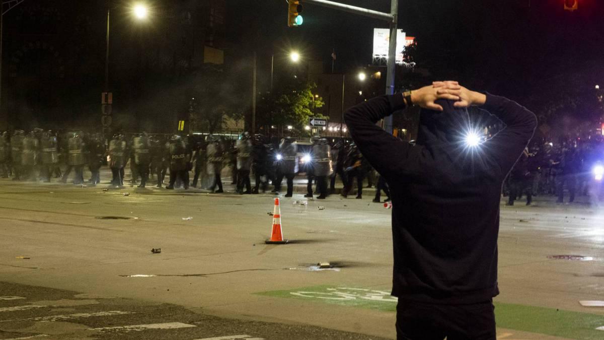 Violência retornou ao centro de Detroit, quando a polícia fez dezenas de prisões e disparou balas de gás lacrimogêneo em manifestantes